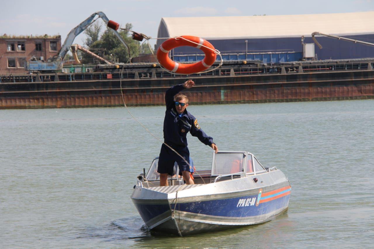 На Дону спасатель закрыл собой рыбака