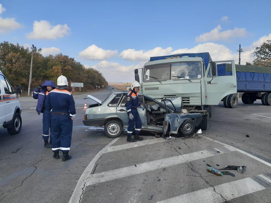На трассе КАМАЗ протаранил легковой автомобиль