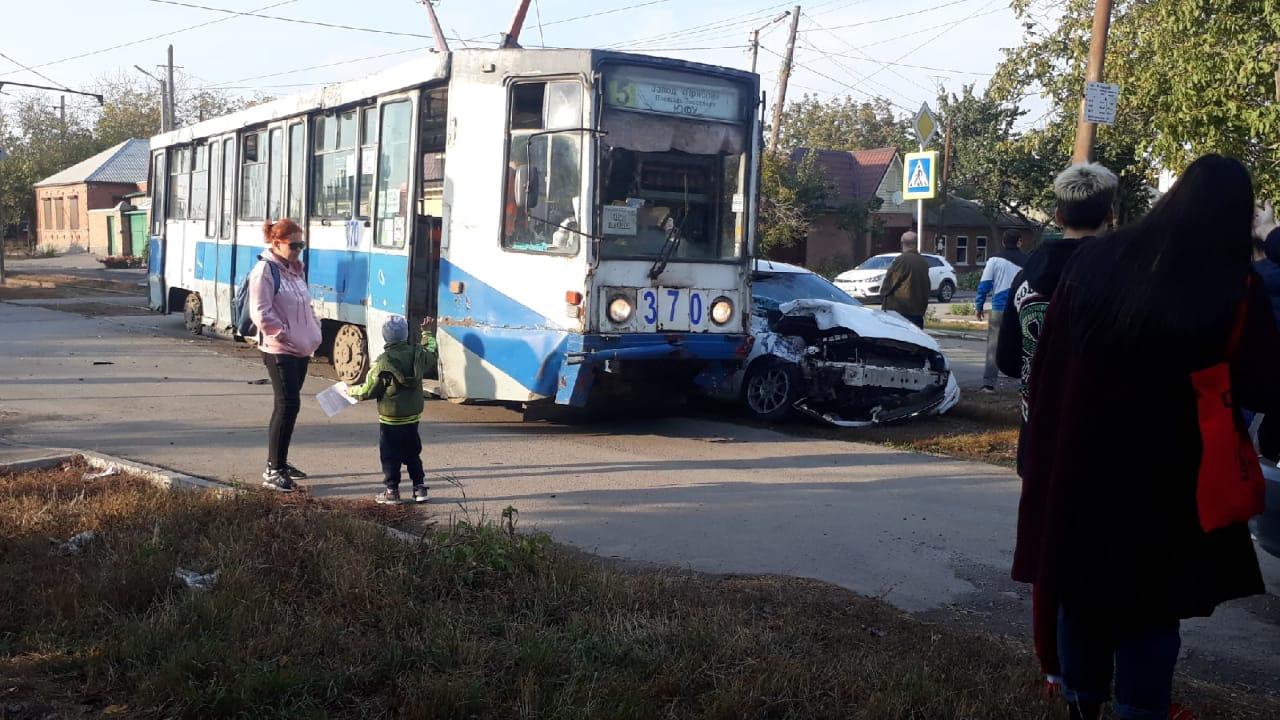 В Таганроге «Форд» врезался в трамвай