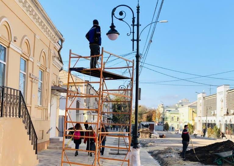 Фонари устанавливают на центральной улице Таганрога