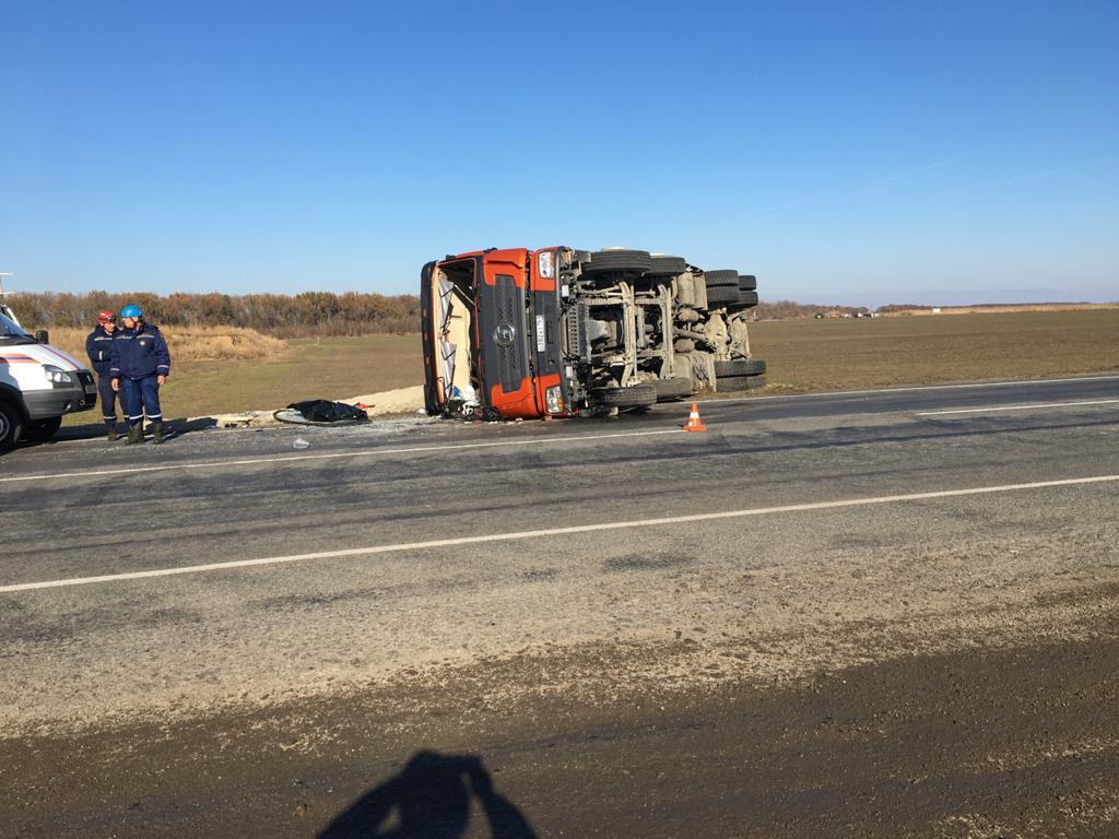На донской трассе погиб водитель грузовика