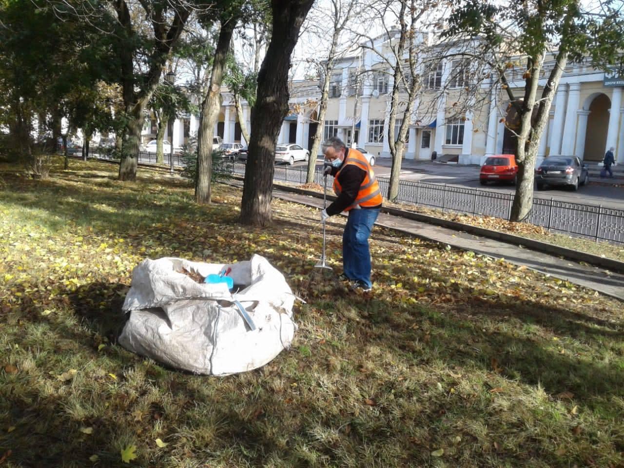 В Таганроге продолжается осенняя уборка