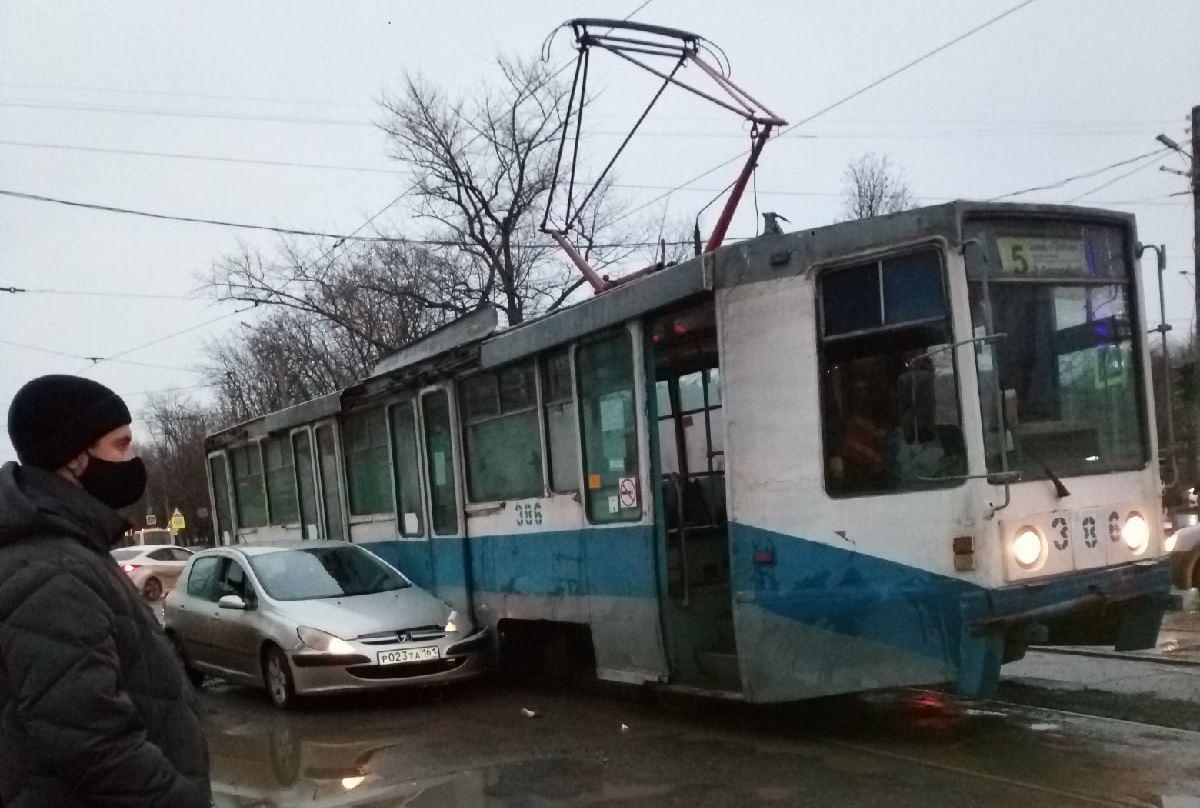 В Таганроге столкнулись трамвай и иномарка