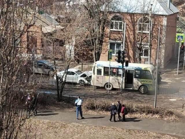 Ямы и солнце стали причинами ДТП в Таганроге