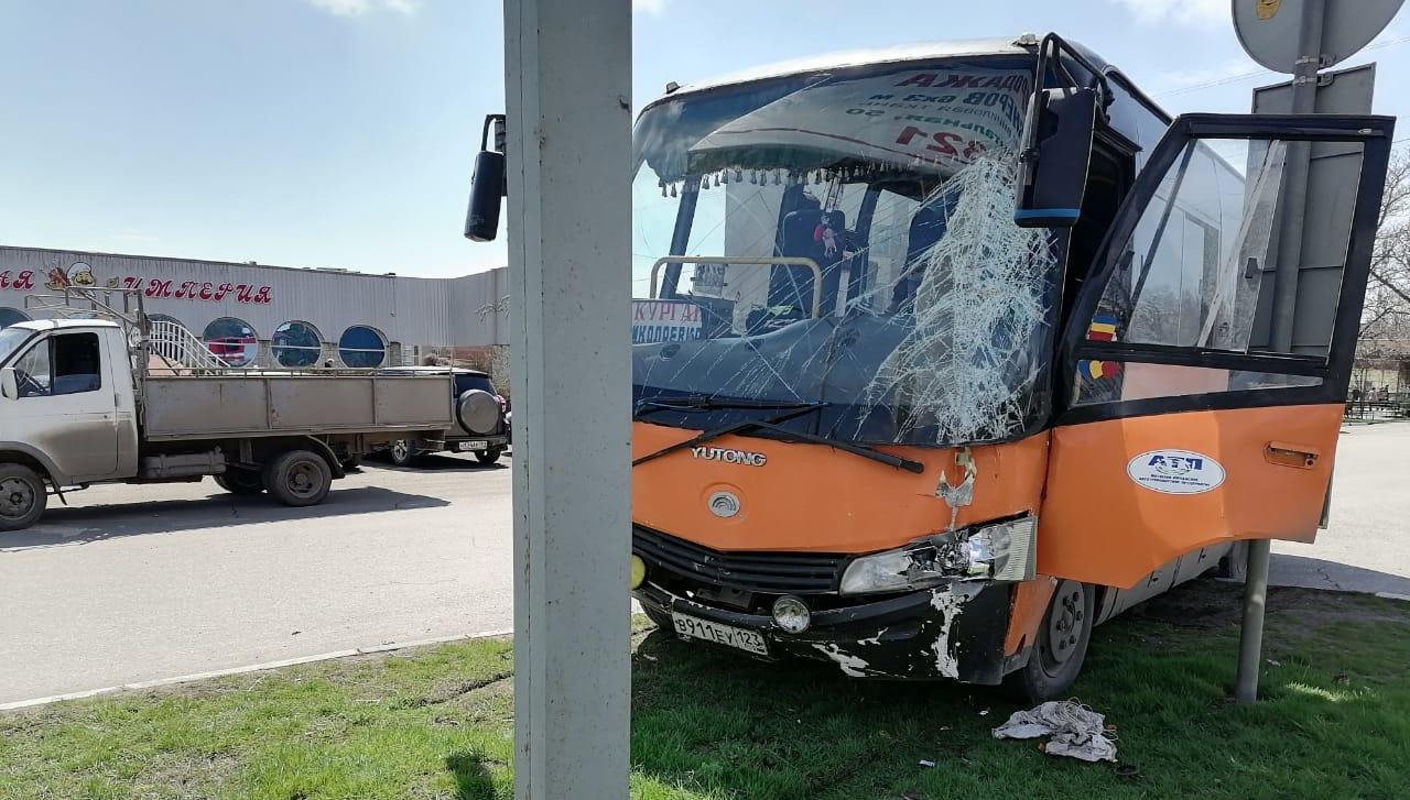 В Таганроге автобус врезался в столб