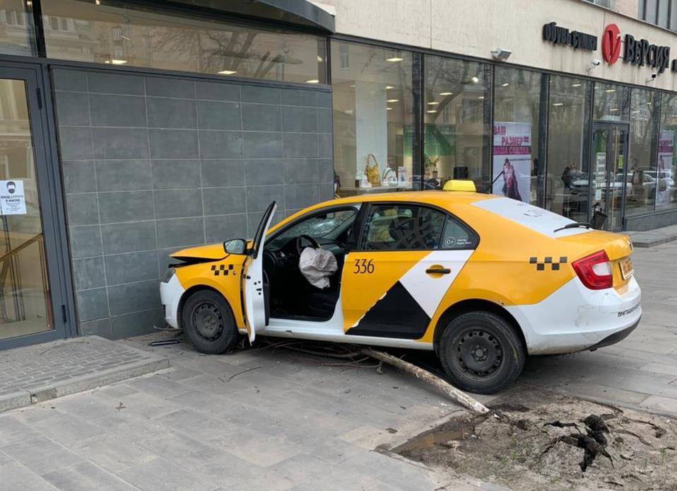 На Дону водитель такси  врезался в здание