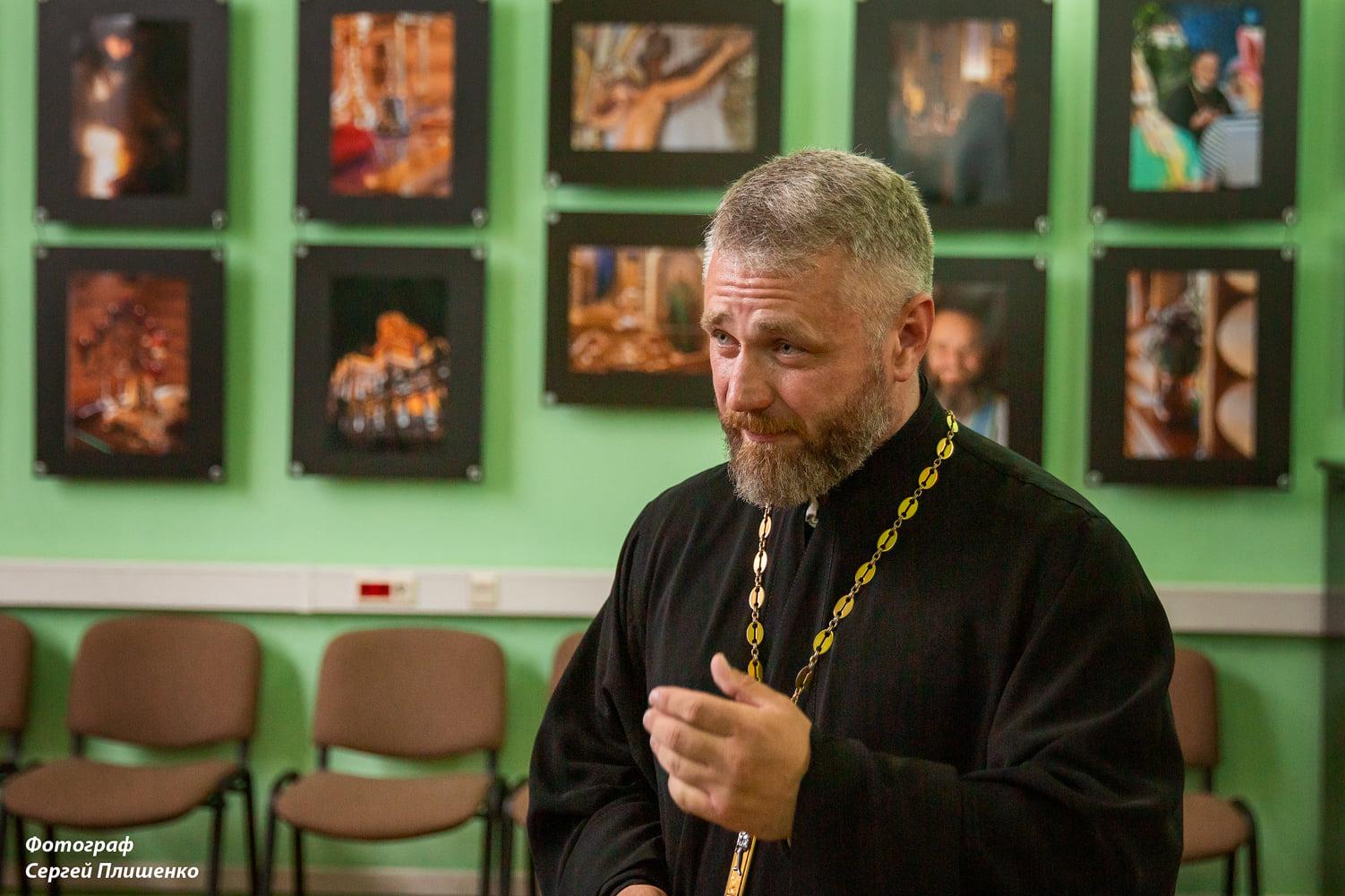 Таганрогский священник представил свои «Краски мироздания»