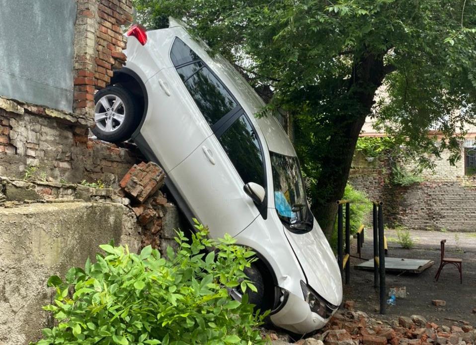 В центре Ростова водитель «Toyota RAV4» снес забор