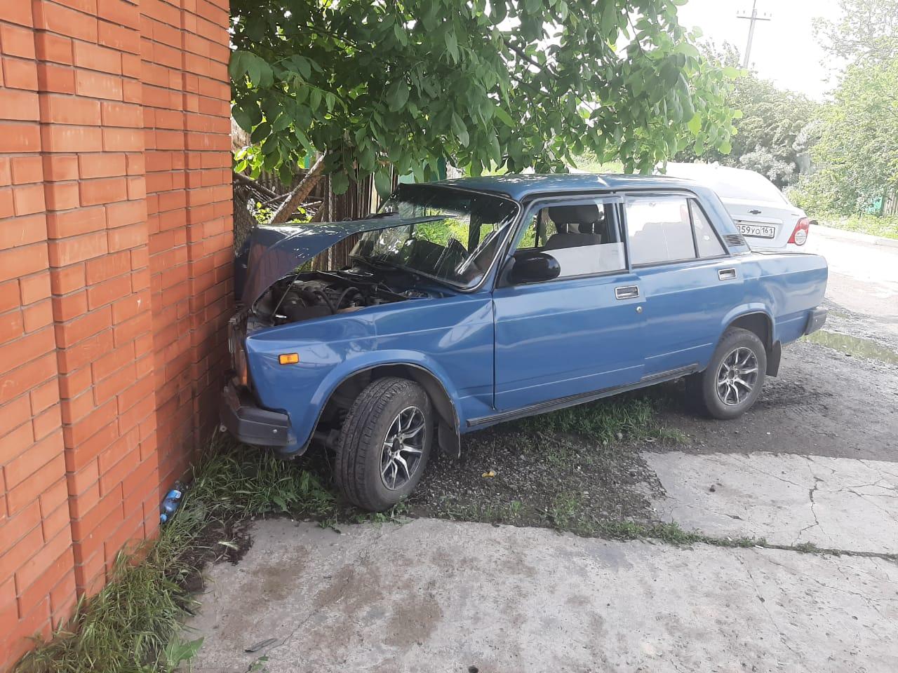 В Таганроге водитель врезался в забор домовладения