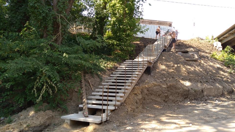 В Таганроге у моста на ул. Шевченко появились лестницы