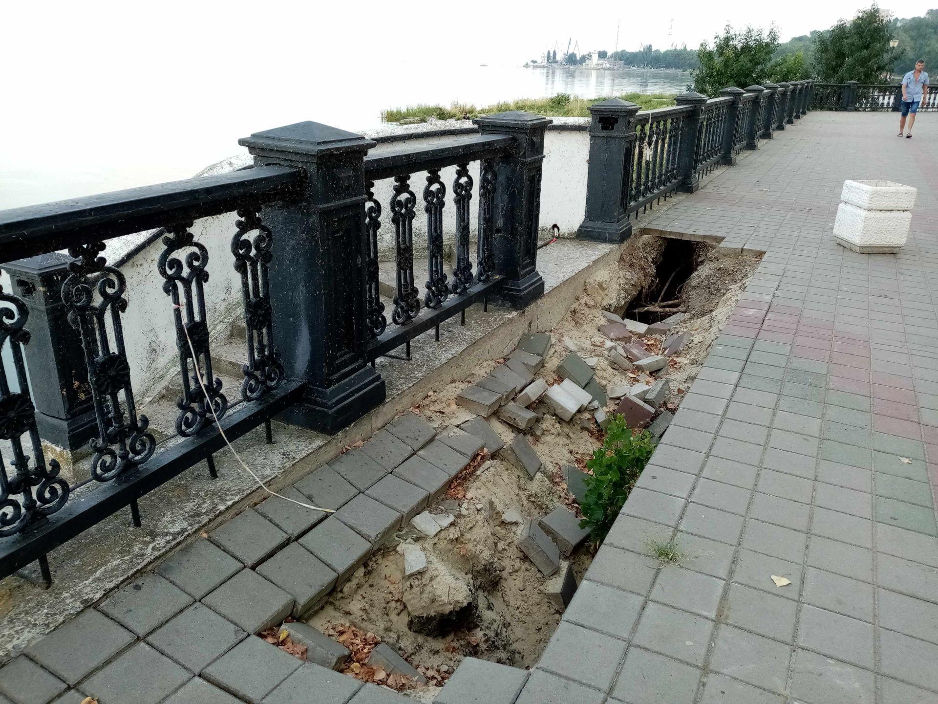 Пушкинская набережная продолжает проваливаться