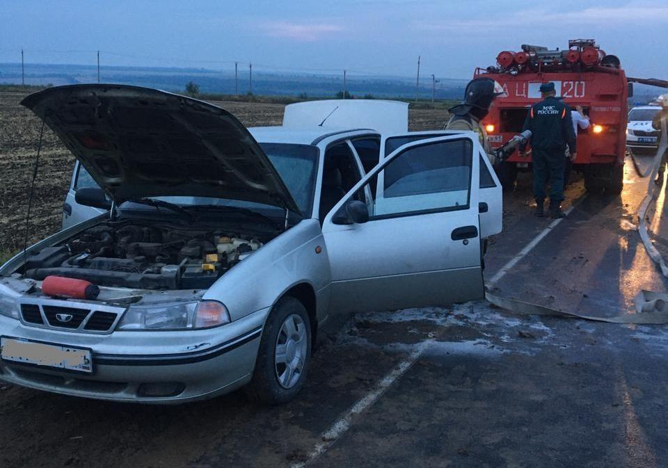 На Дону полицейские потушили автомобиль, в котором находились дети