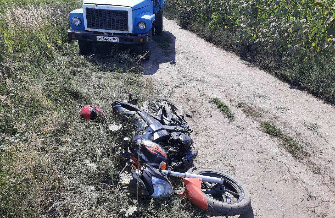 На Дону 12-летний ребенок на мотоцикле врезался в грузовик