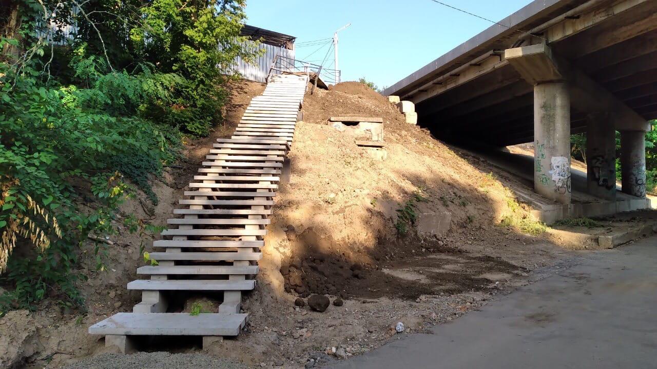 Мост на улице Шевченко: завершается установка лестниц