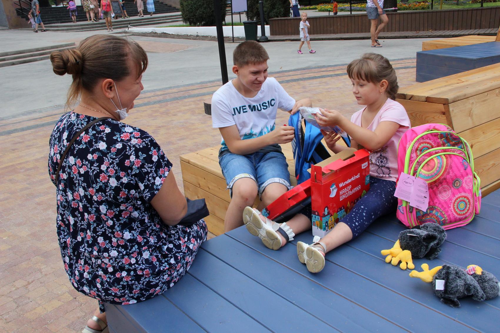 В Таганроге будущим школьникам подарили рюкзаки