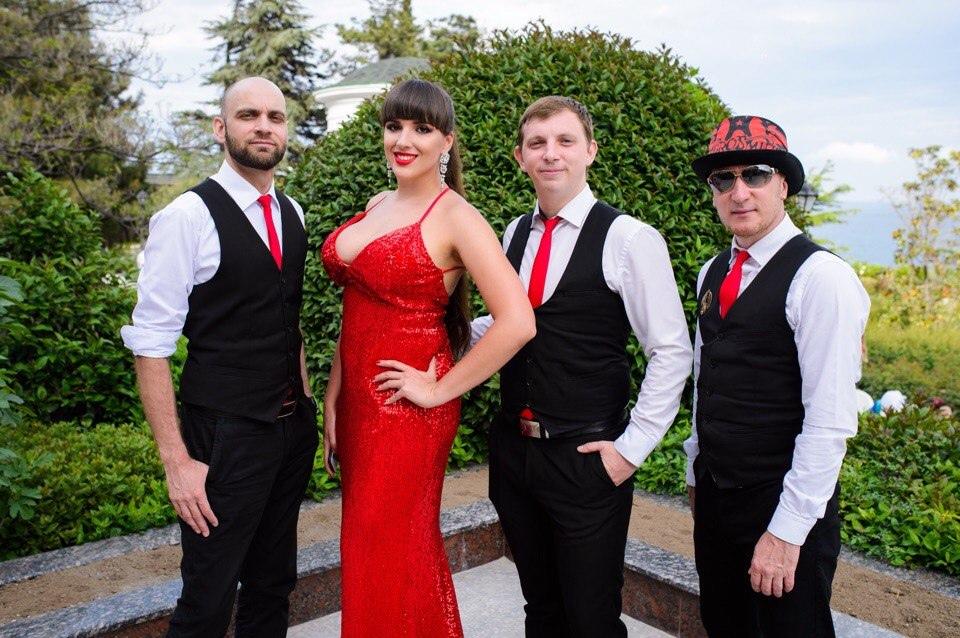 Впервые в Таганроге: джаз-квинтет в скульптурном дворике