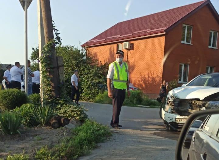 В Таганроге столкнулись автомобиль ДПС и иномарка