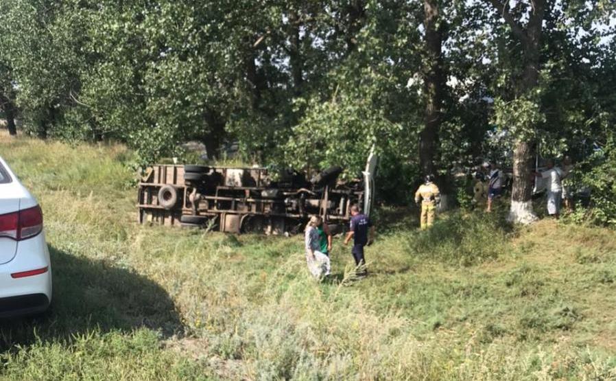 В Ростовской области автомобиль слетел с трассы