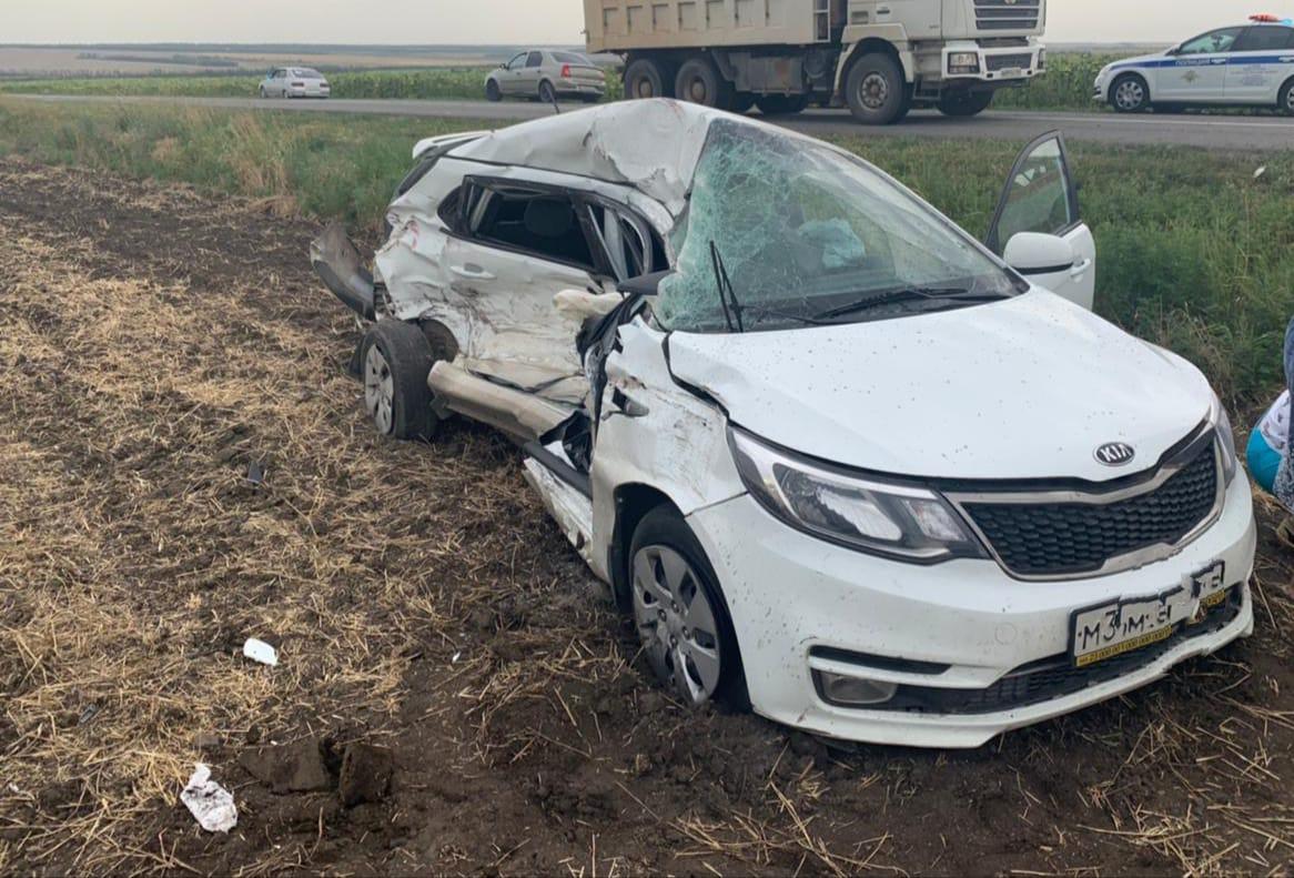 В Ростовской области иномарка врезалась в самосвал