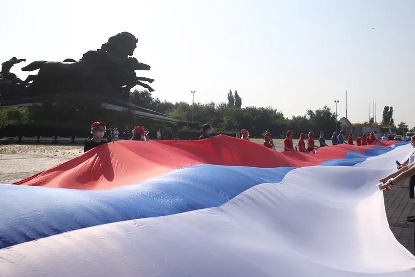 Сегодня в Ростове развернули 60-метровый флаг РФ