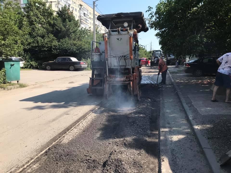 В Таганроге ремонтируют дорогу на улице Чучева
