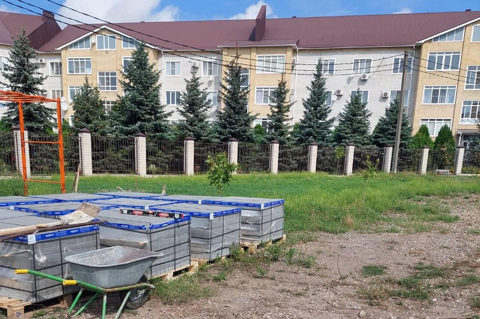 В Таганроге благоустраивают территорию на улице Кленовой