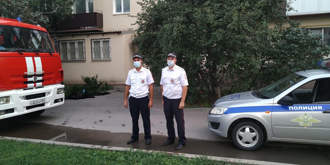 На Дону сотрудники ГИБДД спасли жителей из горящей квартиры
