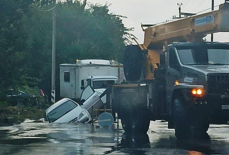 В Таганроге автомобиль провалился в яму на дороге