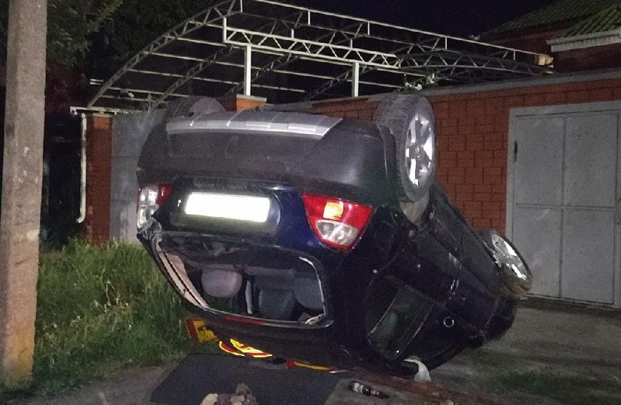 Водитель скрылся: в Таганроге перевернулся автомобиль