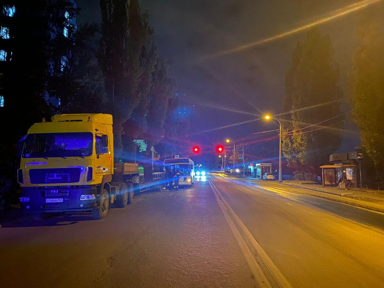 На Дону автобус с пассажирами врезался в эвакуатор