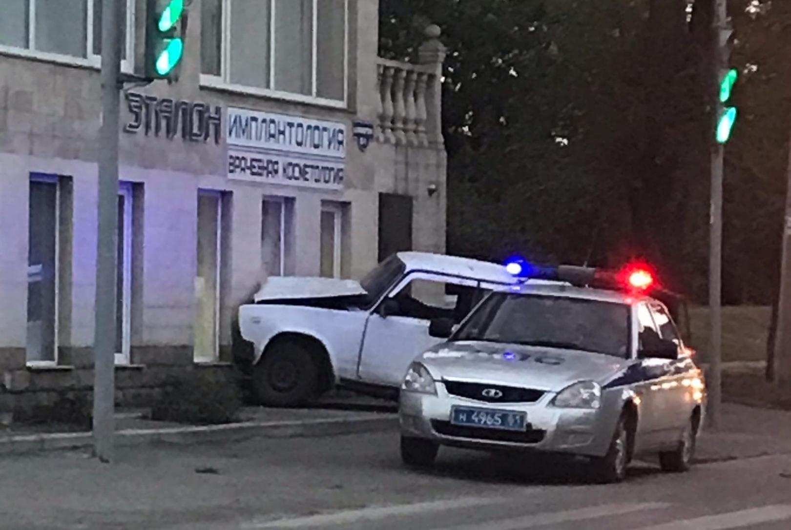 В Таганроге водитель врезался в здание и сбежал