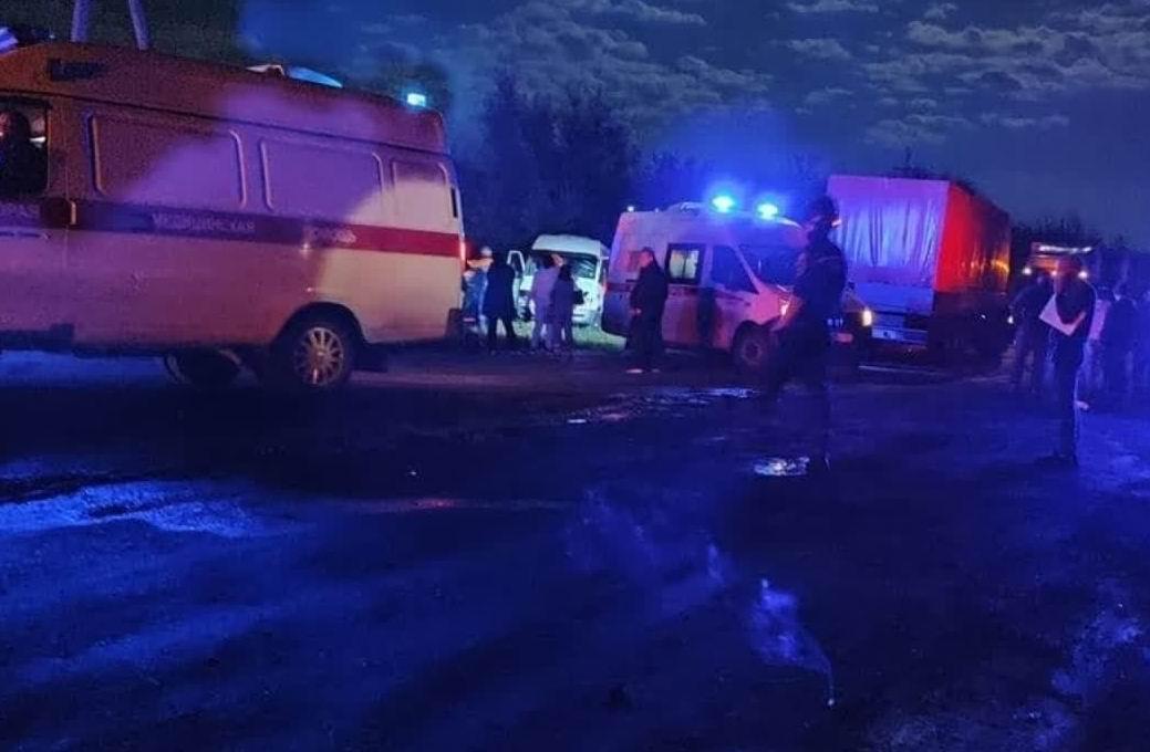 Есть погибшие: на донской трассе фура врезалась в микроавтобус