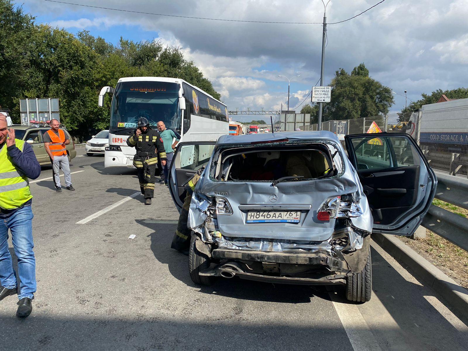На донской трассе иномарка врезалась в автобус с детьми