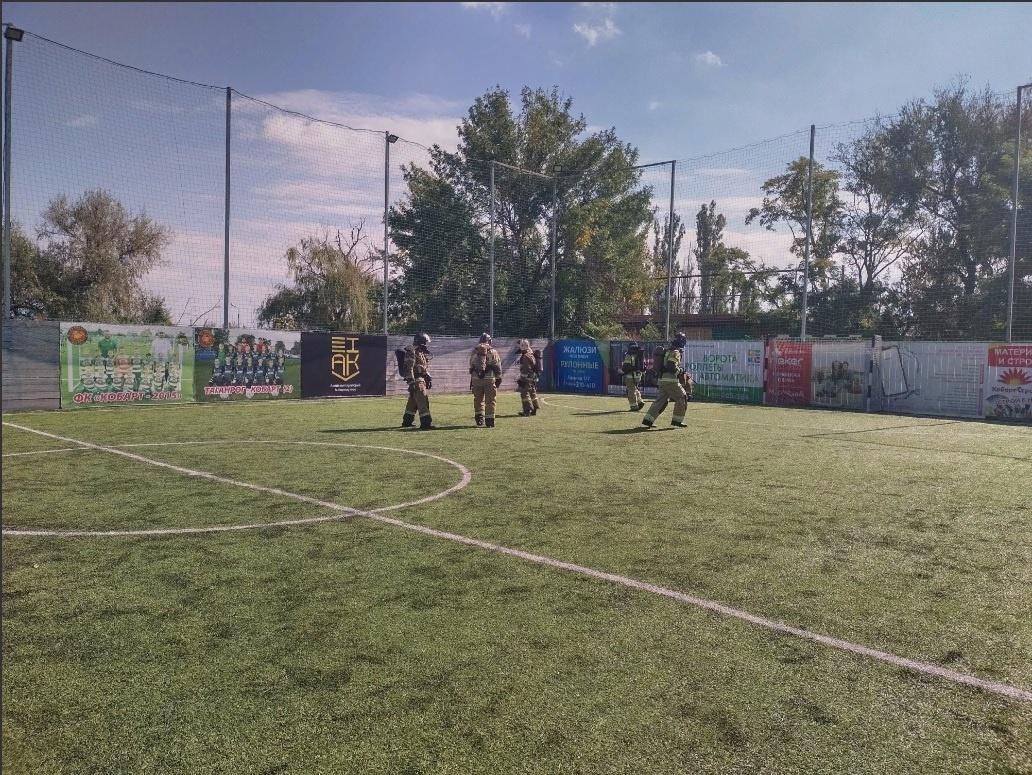 В Таганроге пожарные сыграли в футбол в полном обмундировании