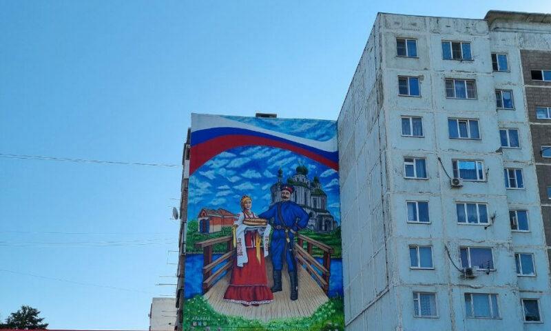 Необычные граффити появились на многоэтажке в Ростовской области