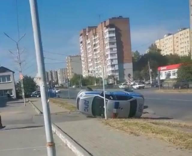 В Таганроге в результате ДТП перевернулся патрульный автомобиль