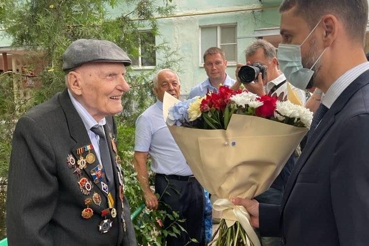 Столетнего юбиляра из Таганрога поздравил губернатор