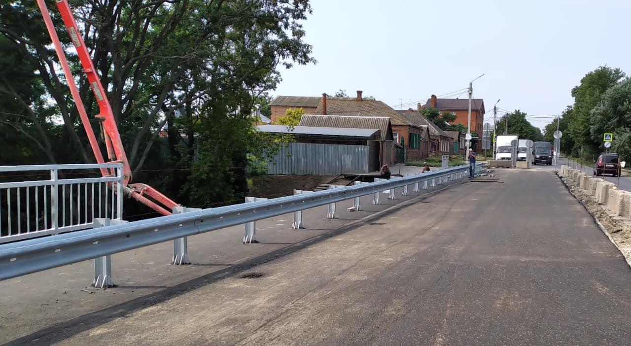 Мост на ул. Шевченко в Таганроге заасфальтировали наполовину