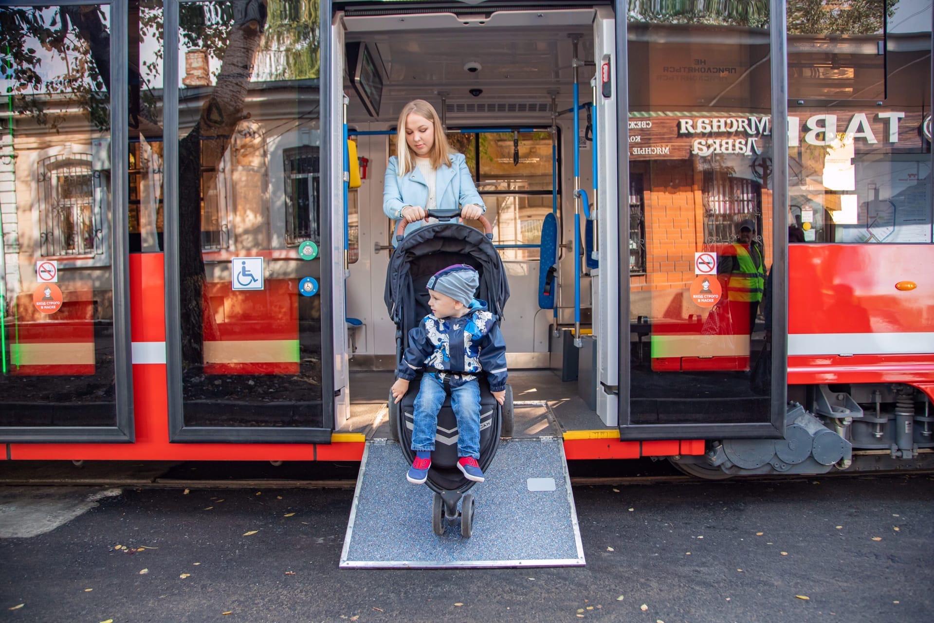 Жительница Таганрога провела тест-драйв новых трамваев