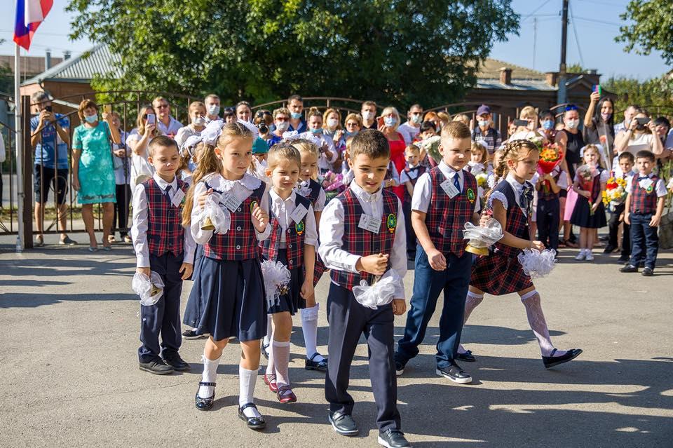 В школах Таганрога прозвенел звонок для 3038 первоклассников