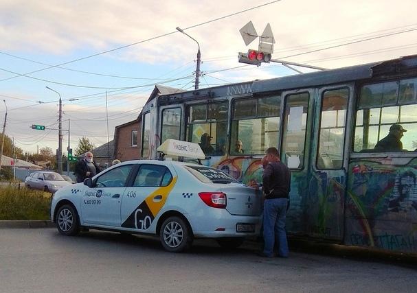 Соцсети: в Таганроге такси врезалось в трамвай