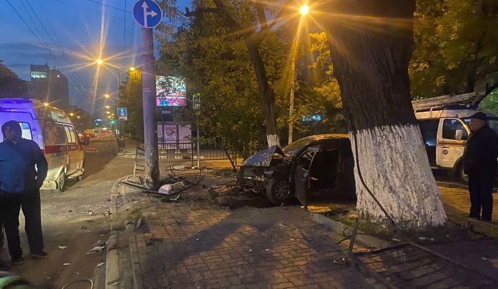 На Дону водитель снес ограждение и врезался в столб