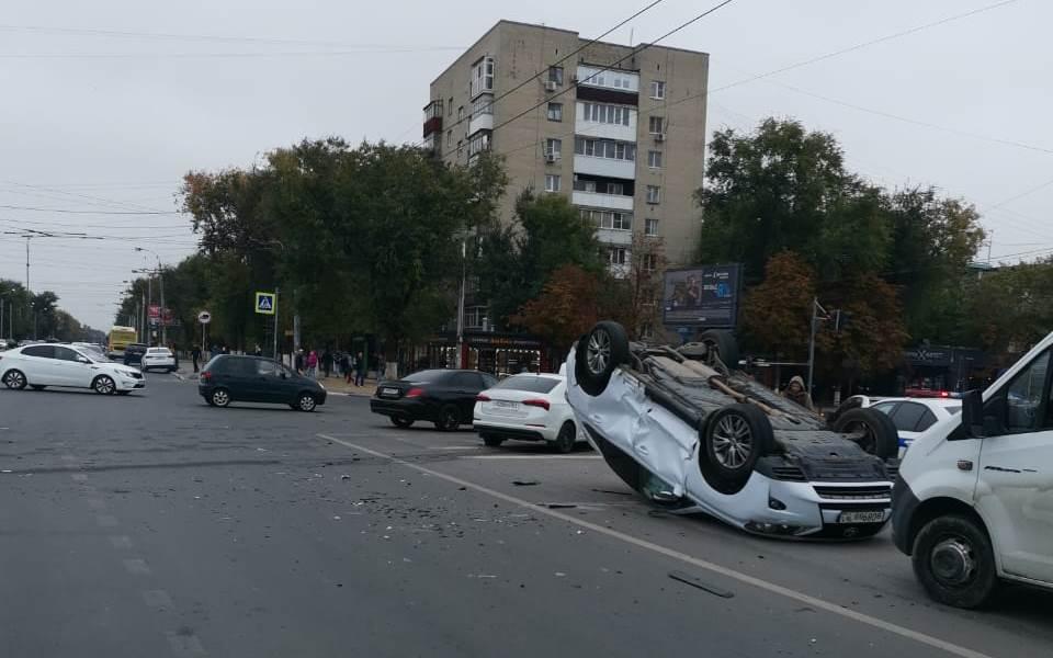 Пострадал водитель: на Дону во время ДТП перевернулся автомобиль