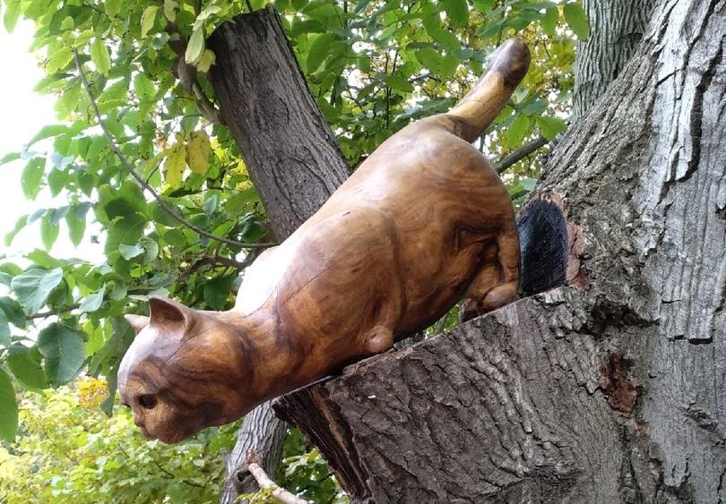 В Таганроге сказочные фигурки появились прямо на деревьях